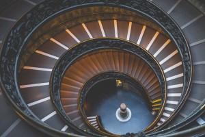 Jak dochodzi do powstania spirali zadłużenia?